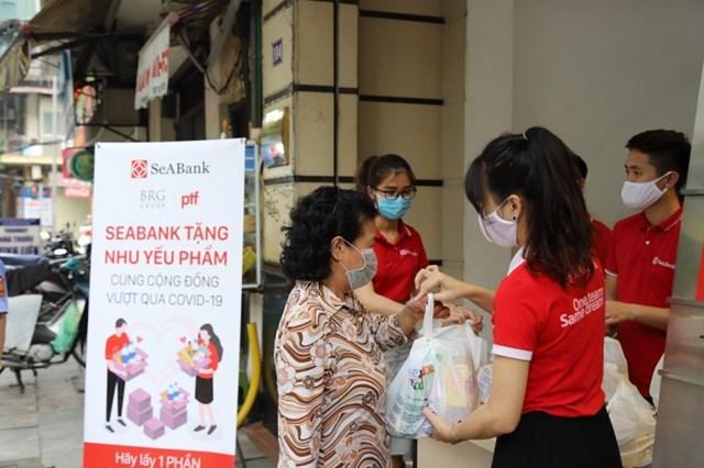 SeABank trao tặng hơn 16.000 suất quà tổng trị giá gần 1,4 tỷ đồng cho người khó khăn bị ảnh hưởng bởi Covid-19  - Ảnh 3