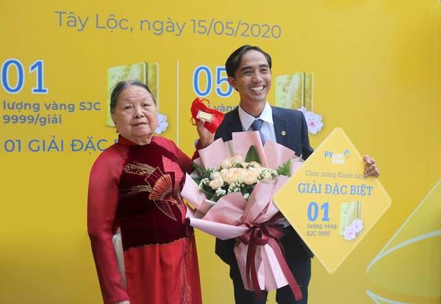 PVcomBank trao giải vàng đặc biệt cho khách hàng gửi tiết kiệm - Ảnh 1