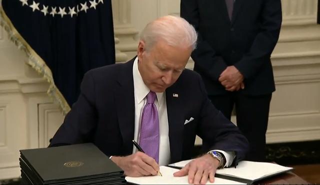 Ông Biden đã ký 15 sắc lệnh vào ngày đầu nhậm chức, trong đó có sắc lệnh đảo ngược chính sách nhập cư của người tiềm nhiệm Donald Trump