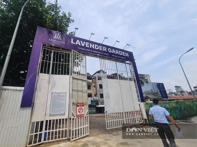 Môi giới công khai rao bán, tư vấn khách hàng vào tiền đặt cọc giữ chỗ ngay tại dự án Lavender Garden. (ảnh T.K)