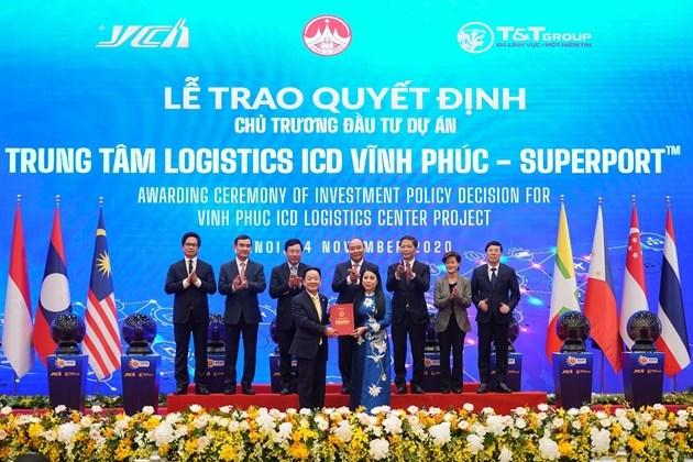 Bà Hoàng Thị Thúy Lan, Bí thư Tỉnh ủy Vĩnh Phúc trao quyết định chủ trương đầu tư dự án Trung tâm Logistics ICD Vĩnh Phúc (SuperPortTM) cho ông Đỗ Quang Hiển - đại diện Liên danh Tập đoàn T&T Group - YCH Group - YCH Holdings