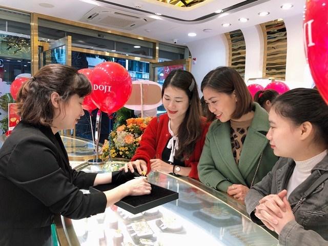 Không khí mua sắm sôi động trong ngày đầu khai trương của Trung tâm DOJI Gold Nguyễn Hữu Huân.