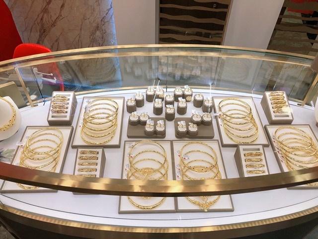 Đầu tư kĩ lưỡng các khâu, liên tục cải tiến mẫu mã và chất lượng, các sản phẩm Trang sức Vàng 24K công nghệ 3D được bày bán tại DOJI Gold Nguyễn Hữu Huân trẻ trung, hiện đại – là lựa chọn của nhiều khách hàng để hoàn thiện phong cách thời trang của mình, hoặc là quà tặng trong các dịp đặc biệt như ăn hỏi, ngày cưới…