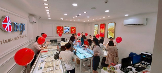 Giao dịch sôi động tại Khu vực Bán buôn Trang sức cao cấp (Nhẫn cưới) tại Tầng 2 của Trung tâm DOJI Gold Nguyễn Hữu Huân.