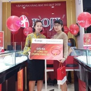 Vị khách may mắn trong ngày khai trương Trung tâm Vàng bạc Trang sức DOJI Thái Hà tại 114 Thái Hà, Quận Đống Đa, Hà Nội