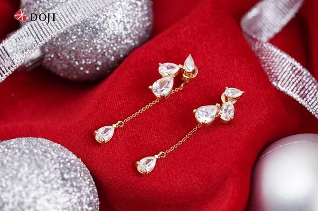 Trang sức vàng gắn đá Swarovski là món quà đốn tim của mọi cô gái trong dịp Giáng sinh, đón năm mới.